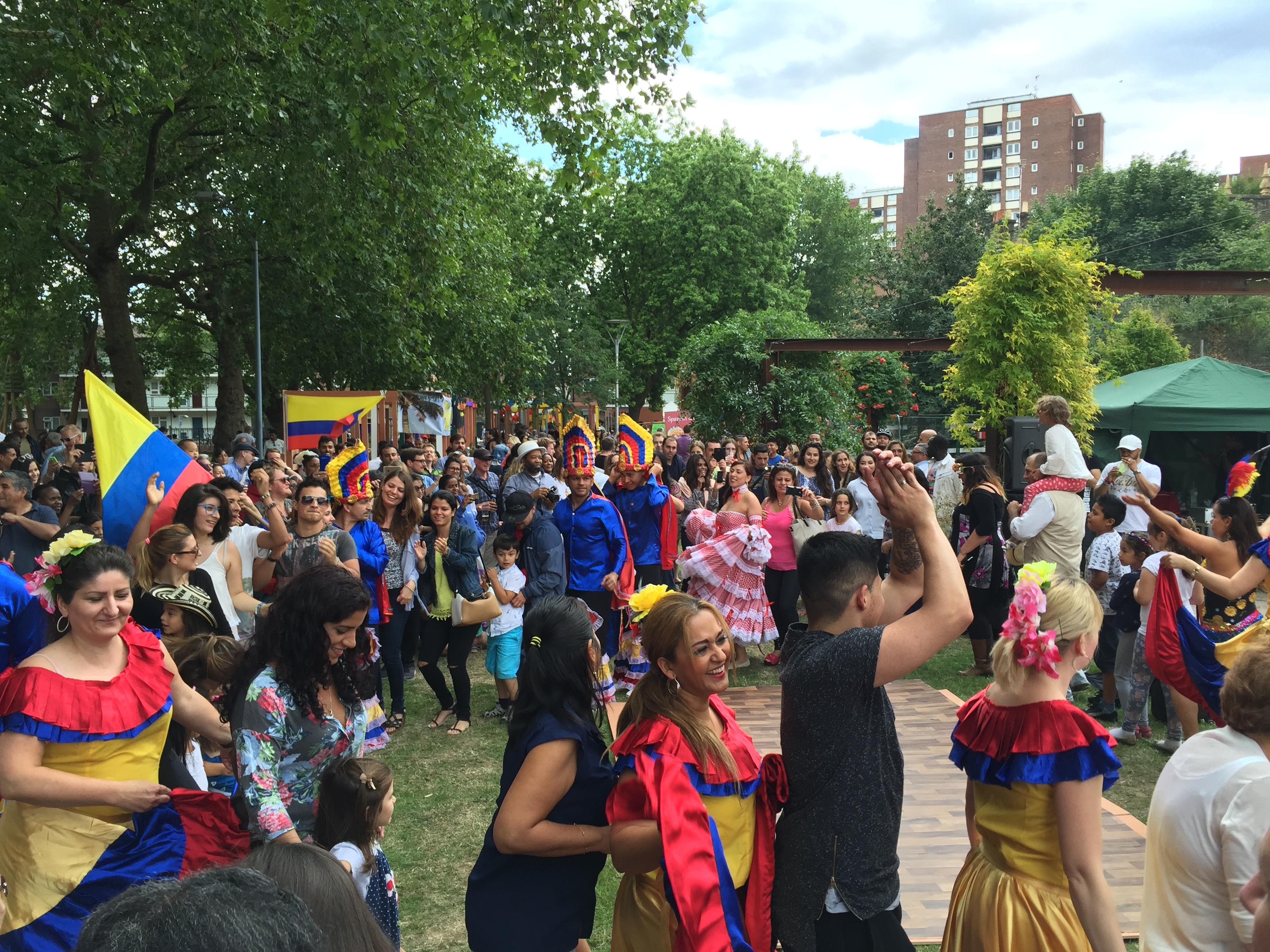 Foto: CDPA - Público con grupo de bailarines de Colombia en edición pasada de Plaza Latina