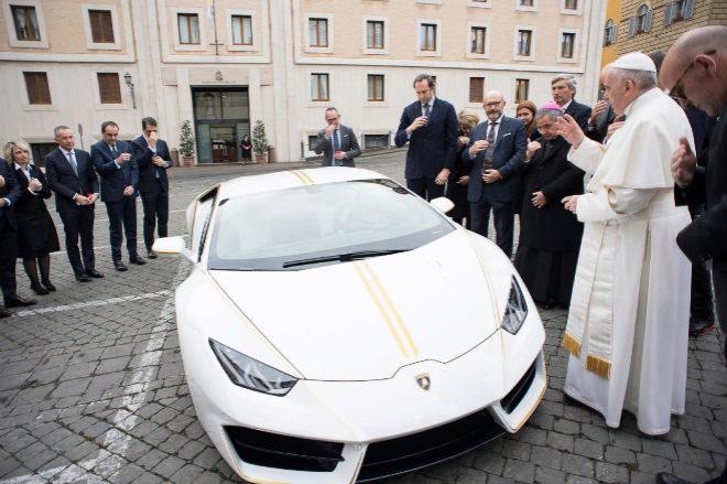 Foto: Agencia - El Papa Francisco bendiciendo el Lamborghini Huracán RWD Coupé