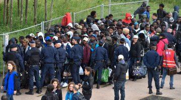 Foto: AFP - Policías franceses escoltan a los refugiados que han sido desalojados del campamento cercano a París