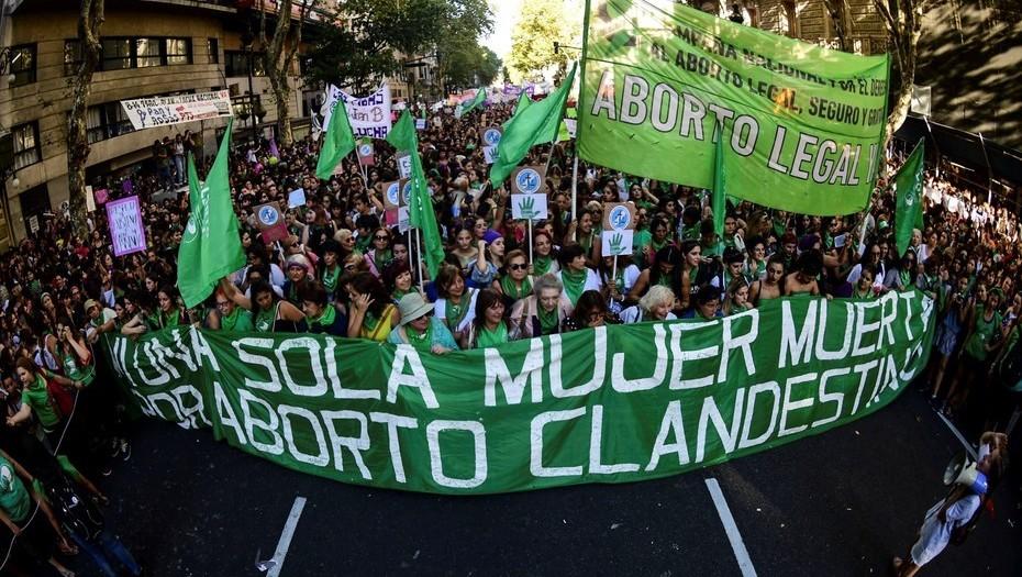 Despenalizan el aborto en Argentina entre polémica