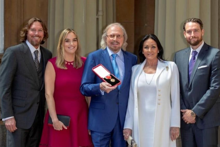 Último sobreviviente de los Bee Gees nombrado caballero en Buckingham
