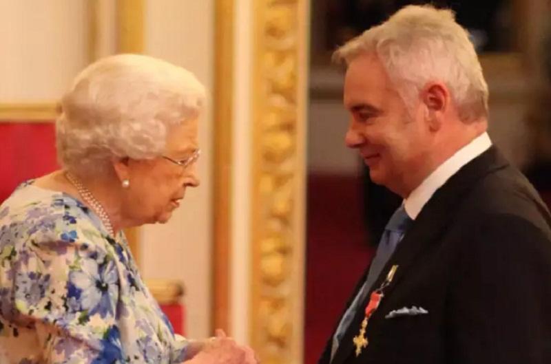 """Mark Sedwill, por """"sus servicios a la seguridad nacional"""" recibió la Orden en manos de la Reina Isabel II"""