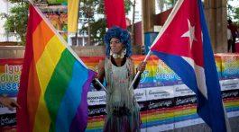 """Un proyecto de nueva Constitución en Cuba dio luz verde al debate sobre la inclusión del matrimonio entre dos personas, sin especificar su sexo, anunció un alto funcionario del país, que indicó que se mantendrá """"irrevocable"""" el rumbo del Estado socialista."""