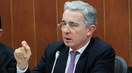Álvaro Uribe acusa a Reino Unido y a Santos de orquestar complot en su contra