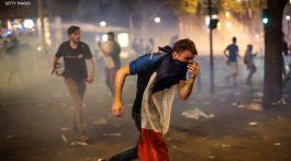 La policía francesa disparó gases lacrimógenos y dispersó a una multitud en los Campos Elíseos el domingo por la noche, tras unos choques con un pequeño grupo de aficionados que amenazaban con arruinar las celebraciones por la victoria de Francia en el Mundial de fútbol sobre Croacia en Moscú.
