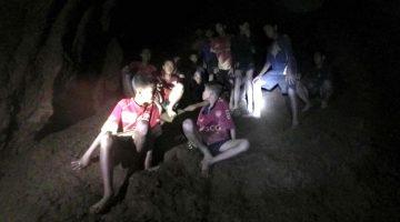 Equipo infantil atrapado en cueva de Tailandia es instruido en buceo para salir