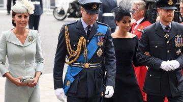 La reina Isabel, acompañada de otros miembros de la familia real británica, asistió hoy a los actos conmemorativos por el centenario de la Real Fuerza Aérea RAF del Reino Unido.