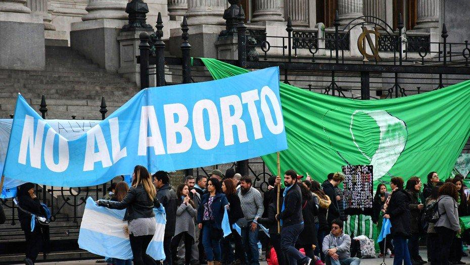 Argentina rechaza legalizar el aborto en polémico debate