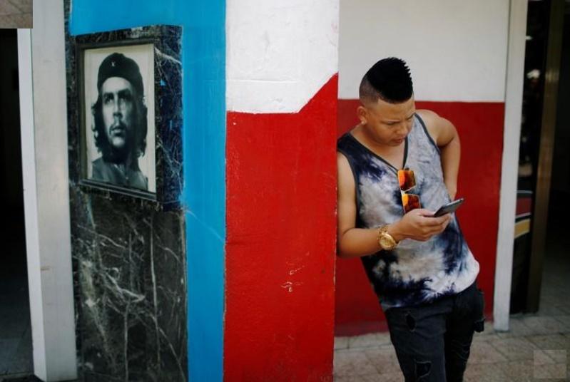 Cubanos pueden por primera vez acceder a Internet desde sus smartphones