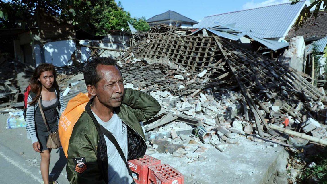 Aumentan a 131 los fallecidos por potente terremoto en Indonesia