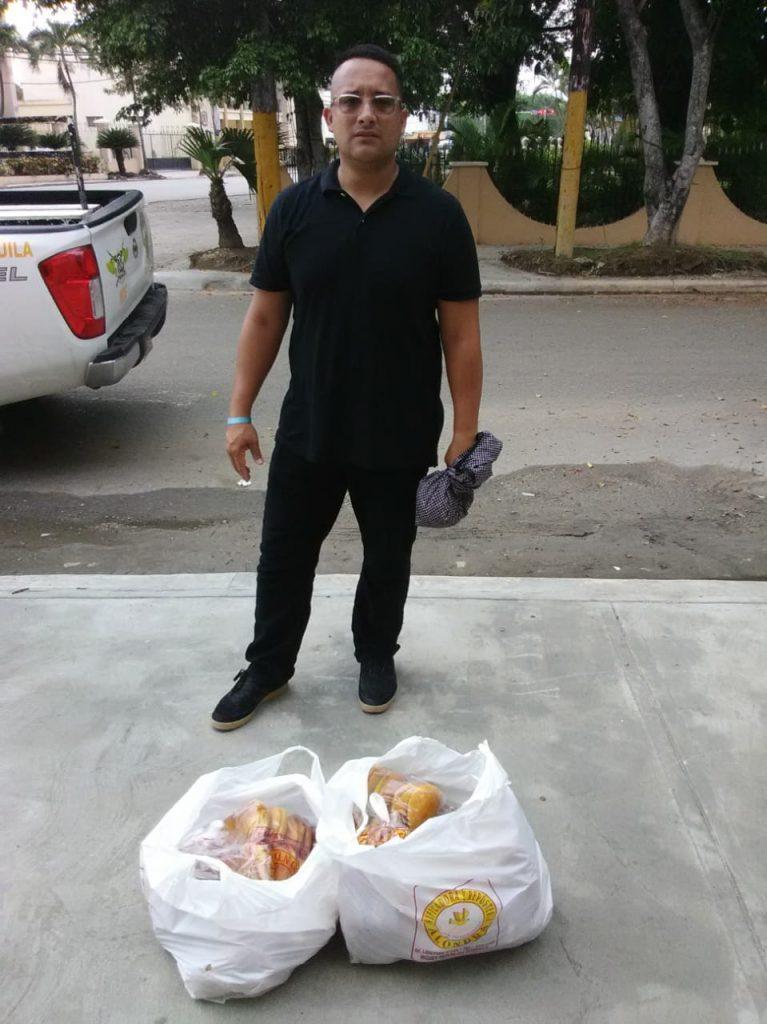 El ingeniero Cusme a las afueras de la cárcel con parte de  los donativos. (Foto: CUSME UK)