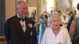 Isabel II junto a su hijo, el príncipe Carlos. (Foto: AFP)