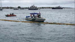 Instalación de las barrera de contención en el puerto de la isla San Cristobal, en Galápagos. (Foro: Agencias)