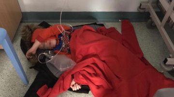 La imagen del pequeño Jack tirado en el suelo de un hospital de Leeds se ha viralizado en Reino Unido. (Foto: Twitter)